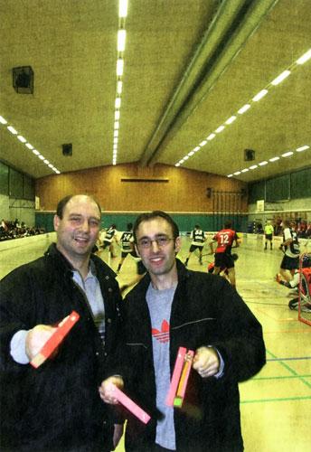 Die Bülacher Fanclub-Gründer Marcel Volkart (links) und Dominik Wild hoffen auf mehr Publikum an den Floorball-Spielen.